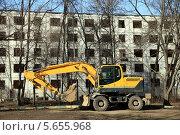 Купить «Экскаватор у панельной пятиэтажки под снос», фото № 5655968, снято 27 февраля 2014 г. (c) Юлия Кузнецова / Фотобанк Лори