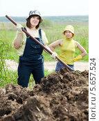 Купить «Две женщины работают с навозом в поле», фото № 5657524, снято 12 мая 2012 г. (c) Яков Филимонов / Фотобанк Лори