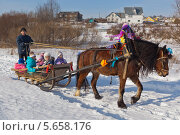 Купить «Катание детей на лошади в масленицу», фото № 5658176, снято 1 марта 2014 г. (c) Николай Мухорин / Фотобанк Лори