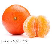 Купить «Неочищенный мандарин и мандариновые дольки», фото № 5661772, снято 15 января 2013 г. (c) Natalja Stotika / Фотобанк Лори