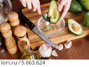 Купить «Выемка мякоти авокадо из кожуры», фото № 5663624, снято 22 марта 2019 г. (c) Яков Филимонов / Фотобанк Лори