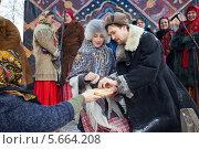 Купить «Молодой человек и девушка празднуют Масленицу», фото № 5664208, снято 20 июня 2019 г. (c) Igor Lijashkov / Фотобанк Лори