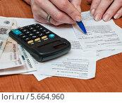 Купить «Женщина разбирает квитанции на коммунальные услуги», эксклюзивное фото № 5664960, снято 3 марта 2014 г. (c) Игорь Низов / Фотобанк Лори