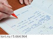 Купить «Учитель ставит оценку пять за домашнее задание», эксклюзивное фото № 5664964, снято 3 марта 2014 г. (c) Игорь Низов / Фотобанк Лори