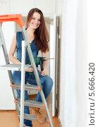 Счастливая женщина в комбинезоне с дрелью. Стоковое фото, фотограф Яков Филимонов / Фотобанк Лори