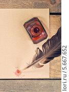 Перо, красная клякса и чернильница на листе бумаги. Стоковое фото, фотограф Anhelina Tarasenko / Фотобанк Лори