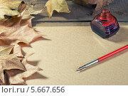Перо, кленовые листья и чернильница на листе бумаги. Стоковое фото, фотограф Anhelina Tarasenko / Фотобанк Лори