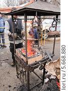 Купить «Кузнец около походной кузницы на ярмарке ремесел на ВВЦ», эксклюзивное фото № 5668880, снято 17 марта 2013 г. (c) Алёшина Оксана / Фотобанк Лори