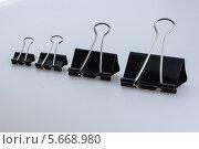 Зажимы для бумаги на белом фоне. Стоковое фото, фотограф Сергей Филимончук / Фотобанк Лори