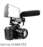 DSLR-видеокамера с микрофоном и вспышкой на белом фоне. Стоковое фото, фотограф Михаил Гойко / Фотобанк Лори