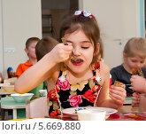 Купить «Девочка ест суп в детском саду», эксклюзивное фото № 5669880, снято 27 февраля 2014 г. (c) Куликова Вероника / Фотобанк Лори