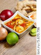 Тайский горячий и кислый суп с овощами на деревянном столе. Стоковое фото, агентство BE&W Photo / Фотобанк Лори