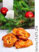 Купить «Праздничные калачи на новогоднем столе», фото № 5671216, снято 12 декабря 2018 г. (c) BE&W Photo / Фотобанк Лори