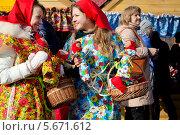 Купить «Молодые красивые девушки продают куклы Масленицы на праздных гуляньях в Коломенском города Москвы, Россия», фото № 5671612, снято 1 марта 2014 г. (c) Николай Винокуров / Фотобанк Лори
