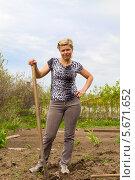Купить «Стройная позитивная блондинка с лопатой на дачном участке», фото № 5671652, снято 25 мая 2013 г. (c) Евгений Ткачёв / Фотобанк Лори