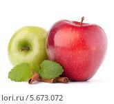 Купить «Красное и зеленое яблоки и палочки корицы на белом фоне», фото № 5673072, снято 15 марта 2012 г. (c) Natalja Stotika / Фотобанк Лори