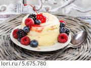 Купить «Слоеный торт со свежими ягодами на плетеной тарелке», фото № 5675780, снято 19 июня 2019 г. (c) BE&W Photo / Фотобанк Лори
