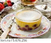 Купить «десерт с голубикой», фото № 5676256, снято 21 октября 2018 г. (c) Food And Drink Photos / Фотобанк Лори
