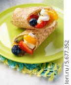 Купить «блины с ягодами и фруктами», фото № 5677352, снято 16 октября 2018 г. (c) Food And Drink Photos / Фотобанк Лори