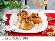Купить «Плюшки с корицей на рождественском столе», фото № 5678884, снято 20 июля 2018 г. (c) BE&W Photo / Фотобанк Лори