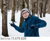 Счастливый парень-подросток играет в снежки в берёзовой роще. Стоковое фото, фотограф Игорь Низов / Фотобанк Лори