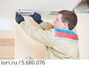 Купить «Рабочий устанавливает вентиляцию на потолке», фото № 5680076, снято 28 января 2014 г. (c) Дмитрий Калиновский / Фотобанк Лори