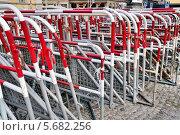Купить «Металлические переносные барьеры», эксклюзивное фото № 5682256, снято 28 июля 2013 г. (c) Илюхина Наталья / Фотобанк Лори