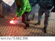 Купить «Нарушитель общественного порядка зажигает файер на протестной акции», фото № 5682396, снято 8 марта 2014 г. (c) Николай Винокуров / Фотобанк Лори