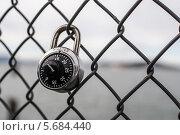 Висящий замок с кодом. Редакционное фото, фотограф Гуляева Юлия / Фотобанк Лори