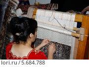 Женщина ткёт ковёр (2012 год). Редакционное фото, фотограф Анвар Умаров / Фотобанк Лори