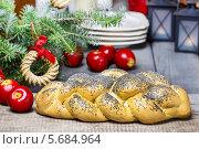 Купить «Свежий хлеб с маком под елкой», фото № 5684964, снято 13 декабря 2017 г. (c) Joanna Malesa / Фотобанк Лори