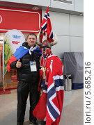 Купить «Норвежский болельщик в костюме викинга фотографируется с Российским болельщиком на зимней олимпиаде Сочи 2014», эксклюзивное фото № 5685216, снято 13 февраля 2014 г. (c) Алексей Гусев / Фотобанк Лори