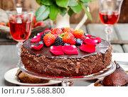 Купить «Шоколадный торт с ягодами на праздничном столе», фото № 5688800, снято 20 августа 2018 г. (c) BE&W Photo / Фотобанк Лори
