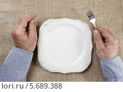 Купить «Мужские руки с вилкой, ножом и пустой тарелкой», фото № 5689388, снято 17 августа 2018 г. (c) BE&W Photo / Фотобанк Лори