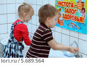 Купить «Дети в детском саду моют руки», фото № 5689564, снято 5 марта 2014 г. (c) EgleKa / Фотобанк Лори