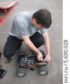 Мужчина чинит радиоуправляемую машину (2012 год). Редакционное фото, фотограф Склярова Ирина / Фотобанк Лори