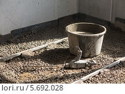 Купить «Ведро и строительный миксер на покрытом керамзитом полу», фото № 5692028, снято 3 июля 2013 г. (c) Losevsky Pavel / Фотобанк Лори