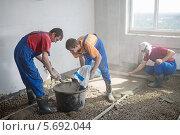 Купить «Трое рабочих готовят бетонный раствор и заливают пол», фото № 5692044, снято 3 июля 2013 г. (c) Losevsky Pavel / Фотобанк Лори