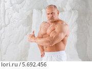 Купить «Мужчина-культурист демонстрирует мускулы в студии с искусственным снегом», фото № 5692456, снято 3 октября 2013 г. (c) Losevsky Pavel / Фотобанк Лори