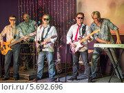Музыкальная группа с гитарами на сцене клуба. Стоковое фото, фотограф Losevsky Pavel / Фотобанк Лори