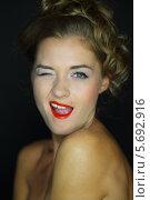 Купить «Веселая девушка с обнаженными плечами подмигивает», фото № 5692916, снято 22 июля 2013 г. (c) Losevsky Pavel / Фотобанк Лори