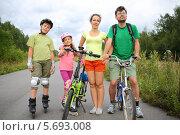 Купить «Спортивная семья - дети на роликах и родители на велосипедах», фото № 5693008, снято 25 июля 2013 г. (c) Losevsky Pavel / Фотобанк Лори