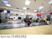 Купить «Люди в офисе банка ВТБ24», фото № 5693052, снято 30 июля 2013 г. (c) Losevsky Pavel / Фотобанк Лори