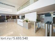 Купить «Интерьер на входе в бизнес-центр в современном стиле», фото № 5693540, снято 30 мая 2013 г. (c) Losevsky Pavel / Фотобанк Лори
