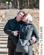 Купить «Взрослые мужчина и женщина обнимаются на фоне длиной лестницы», эксклюзивное фото № 5693608, снято 8 марта 2014 г. (c) Игорь Низов / Фотобанк Лори