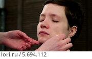Купить «Нанесение тонального крема на лицо модели», видеоролик № 5694112, снято 6 февраля 2014 г. (c) Иван Артемов / Фотобанк Лори