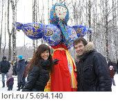 Купить «Семейная фотография с чучелом Масленицы на память», фото № 5694140, снято 22 декабря 2012 г. (c) ElenArt / Фотобанк Лори