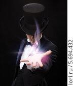 Купить «Молодой фокусник показывает трюк», фото № 5694432, снято 12 сентября 2013 г. (c) Syda Productions / Фотобанк Лори
