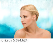 Купить «Молодая женщина ухаживает за кожей на шее», фото № 5694624, снято 9 марта 2013 г. (c) Syda Productions / Фотобанк Лори