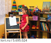 Купить «Девочка на занятии в детском саду», фото № 5695024, снято 5 марта 2014 г. (c) EgleKa / Фотобанк Лори